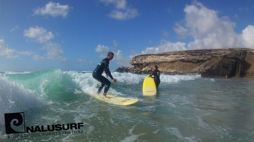 Perfekte Surf Bedingungen bei sommerlichen Temperaturen – Kursbilder Wellenreiten im April