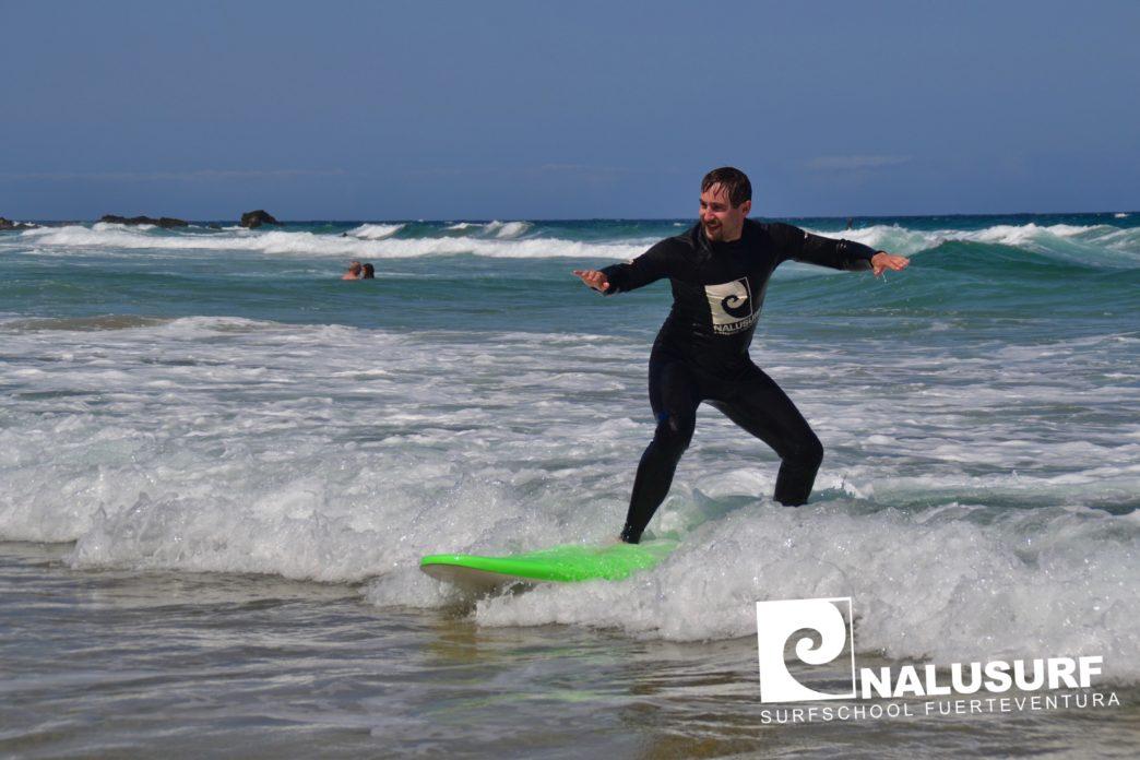 Voller Einsatz für die perfekte Welle – Surfkurs Fotos vom 18. August – 1. September